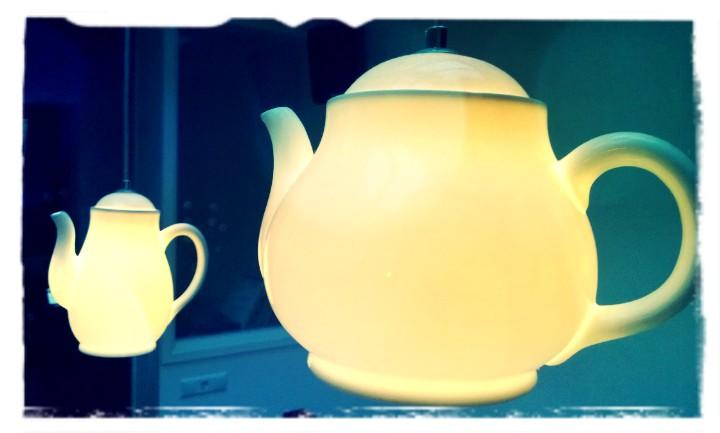 Hanglamp in de vorm van koffiepot en theepot