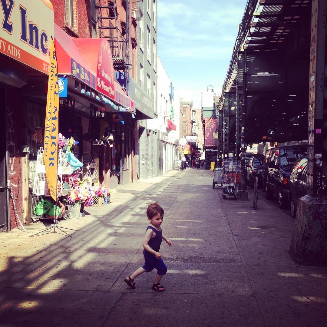 Kinderfotografie, kindje danst op straat