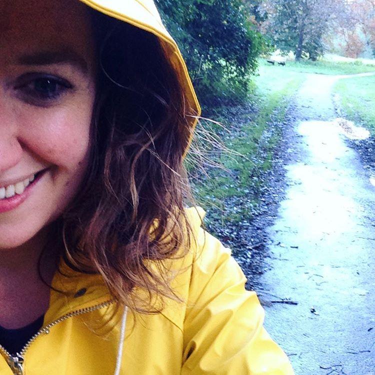 Mary J, gele regenjas