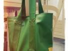 Fantastische groene tas gemaakt van oude treinbankjes